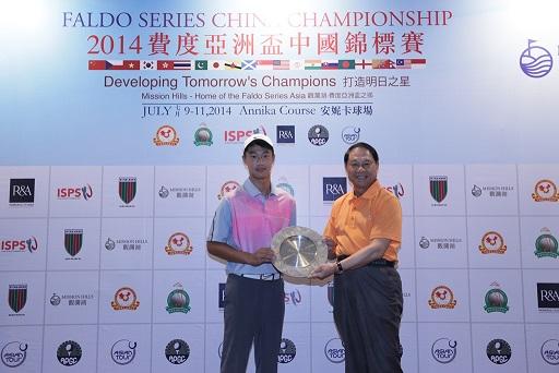 Ye Wo Cheng is congratulated by Xu Deli, Chairman of the Guangdong Golf Association.