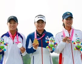 Lee So-young (centre) with silver and bronze medallists  Cheng Ssu-chia and Supamas Sangchan.