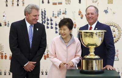 Park Geun-hye with Nick Price and Jay Haas.