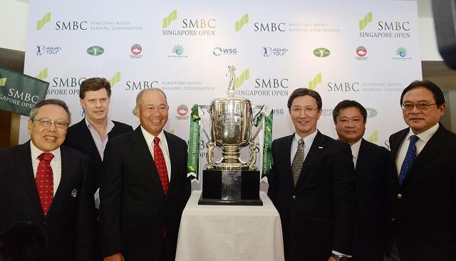 Officials unveiling the SMBC Singapore Open trophy.