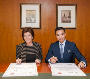 Professor Louise Richardson and Tenniel Chu sign the scholarship agreement. Picture by Power Sport Images for Mission Hills.