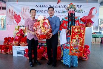 IQ70 Plus Founder Chang Meng Kiet receives a hamper from Gamuda Land's Tang Meng Loon.