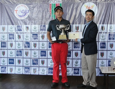 Atiruj Winaicharoenchai receives his trophy from Nick Shan of the Faldo Series Asia.