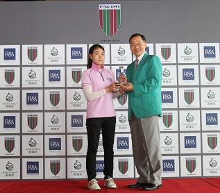Hung Jo-hua is congratulated on her success by Steven Wu, Vice General Manager at Sunrise Golf and Country Club.