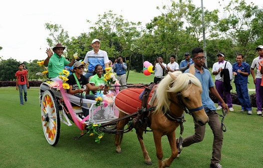 Mohd Isa Abas (green shirt) with Khoo Gee Seng (white shirt) and Raeysha Surendran, being escorted on a horse carriage for the presentation ceremony.