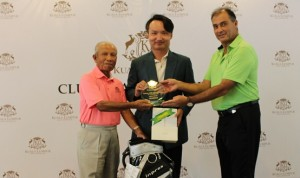 Leroy Chiam receives his trophy from Dato' Mustafa Ali and Steven Thielke.