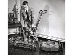 David Lilly demonstrating Toro's Power Handle in 1950.