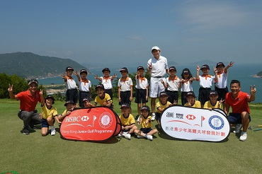 Peter Wong, Deputy Chairman and Chief Executive Asia-Pacific of HSBC, with coaches from the HKGA and children from SKH Wing Chun and YOT Ting Ka Ping Primary Schools.