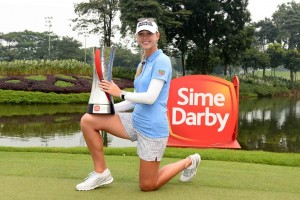 Jessica Korda with the Sime Darby LPGA trophy.