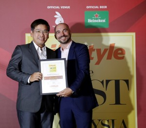 Tang Meng Loon receiving the Excellence Award for Best Golf Experience from Antoine Commare.