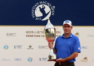 Scott Hend poses with the Macau Open trophy. Picture by Arep Kulal / Asian Tour