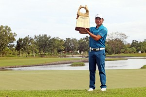 Miguel Tabuena with the trophy.