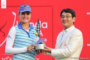 Lexi Thompson receiving the Honda LPGA trophy.