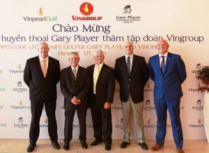 Gary Player poses for a group photo at Vingroup headquarters in Hanoi.