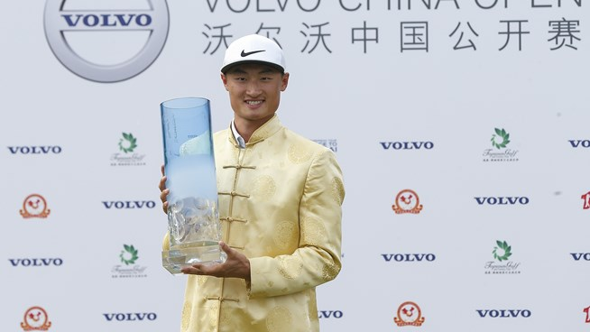 Li Haotong shows off the Volvo China Open trophy.  Picture by Getty Images