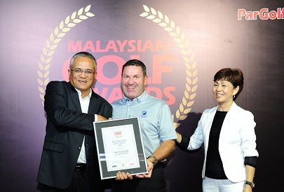 David Townend receives the Best Overall Golf Experience Award on behalf of The Els Club Teluk Datai from Tuan Hj Zainal Mohd Shah, General Manager of Jebsen & Jessen Technologies Malaysia (left). ParGolf's Suzannah Gun Palmer looks on.