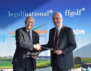Jean Lou Charon, President of the French Federation of Golf, and Alan Prickett, Managing Director of Ransomes Jacobsen, following the signing of the agreement at Golf National.