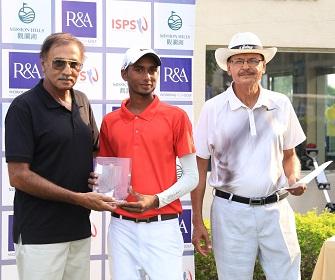 Saqib Tufail is congratulated by Pakistan Golf Federation Senior Vice President Major Gen (Ret) Tariq Salim Malik (left) and Brig (Ret) Nayyar Afzal, Secretary of the Federation.