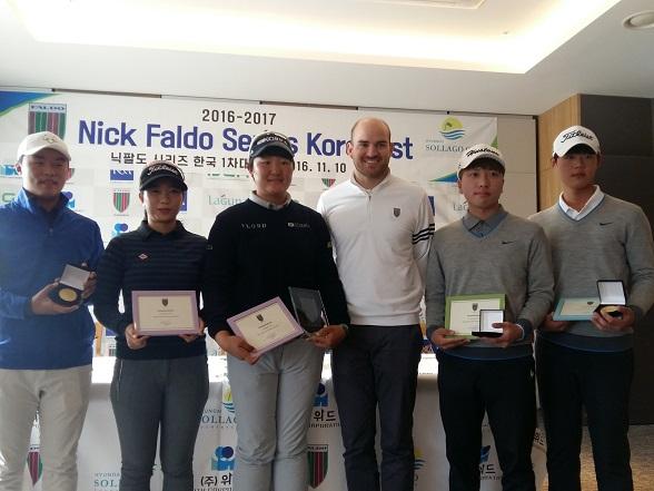 Matthew Faldo congratulates Ryu Hae-ran (third left) and other age group winners at the inaugural Faldo Series Korea Championship.