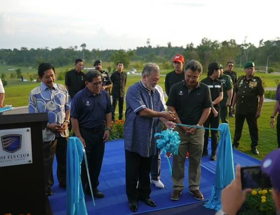 His Majesty Sultan Ibrahim officially launches The Els Club Desaru Coast - Ocean Course at a ribbon cutting ceremony.