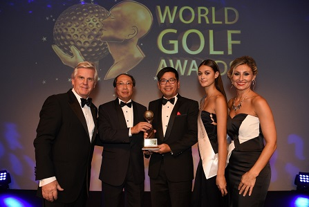 Gamuda Executive Director Dato Goon Heng Wah (second left) and Tang Meng Loon (second right) with World Golf Awards hosts Steve Rider and Ela Clark.