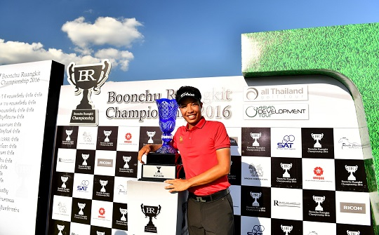 Danthai Boonma with the winner's trophy. Picture by Paul Lakatos/Asian Tour