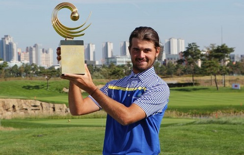 Curtis Luck with the Asia-Pacific Amateur Championship trophy.