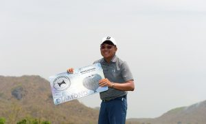 Nicholas Fung with the Hilton Awards prize. Picture by Paul Lakatos/Asian Tour