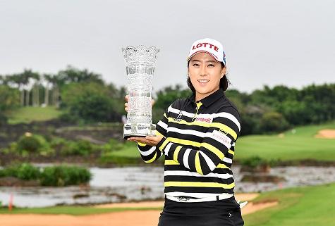 Kim Hae-rym with the trophy.