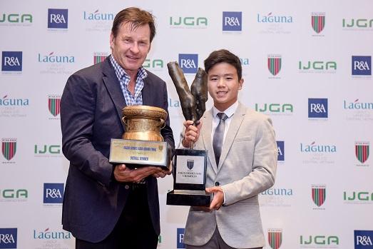 Napat receives the Faldo Series Asia Grand Final trophy from Sir Nick Faldo.